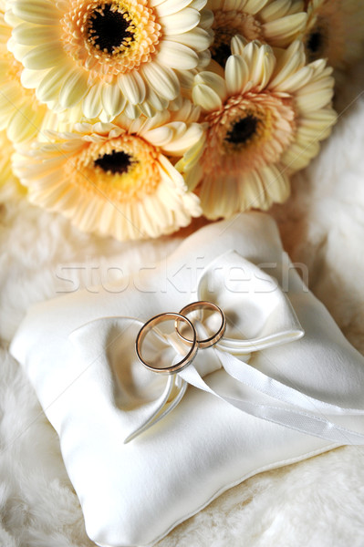 Elegante anéis de casamento branco travesseiro flor rosa Foto stock © taden