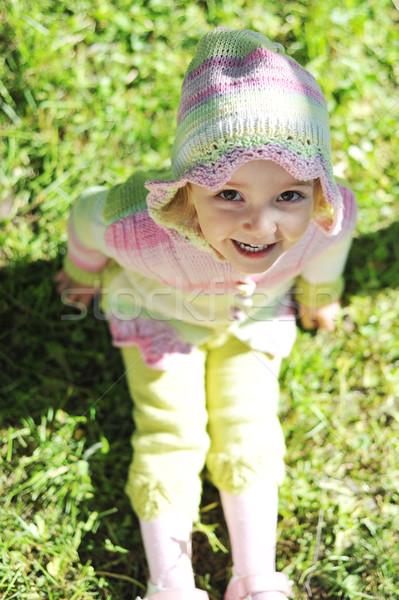Nina sesión hierba verde nina cara belleza Foto stock © taden