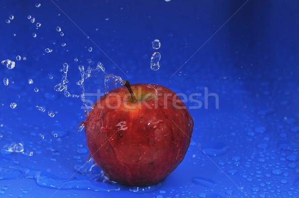Piros alma vízcseppek víz étel természet gyümölcs Stock fotó © taden
