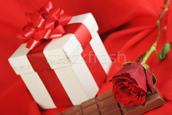 Hediye çikolata güzel kırmızı gül kırmızı Stok fotoğraf © taden