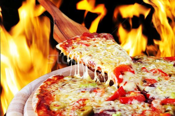 Vers gebakken pizza peperoni olijven paprika Stockfoto © taden