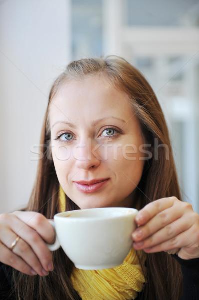 Genç kadın fincan kahve bakıyor dışarı Stok fotoğraf © taden