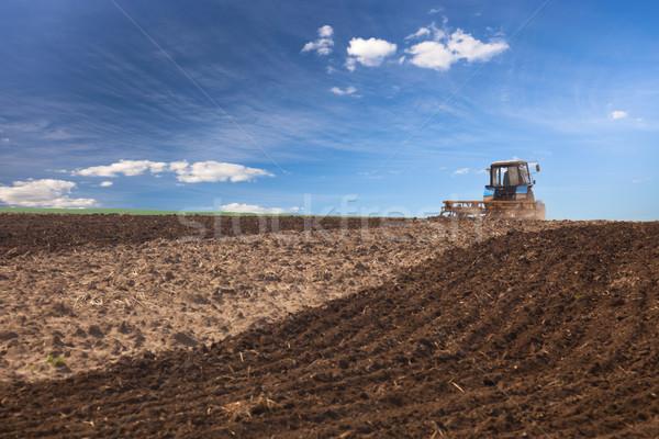 Trekker werken veld agrarisch voorjaar Stockfoto © Taiga