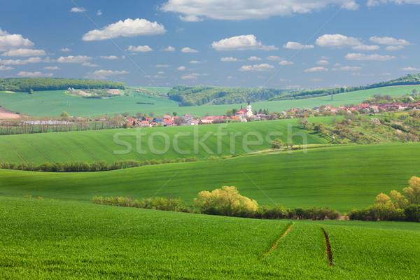 Weinig stad groene heuvels blauwe hemel huizen Stockfoto © Taiga