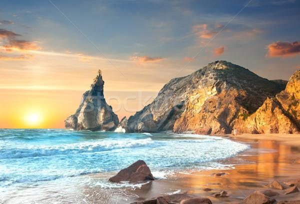 Oceaan landschap zonsondergang groot rotsen stenen Stockfoto © Taiga