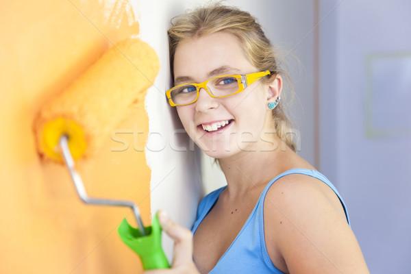 Foto stock: Feliz · mulher · jovem · pintura · parede · quarto · colorido