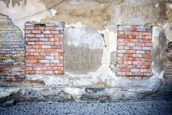 öreg fal felfelé ablakok ház textúra Stock fotó © Taigi