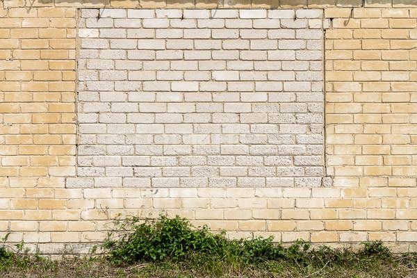 Stock fotó: öreg · fal · felfelé · ablakok · fehér · téglafal