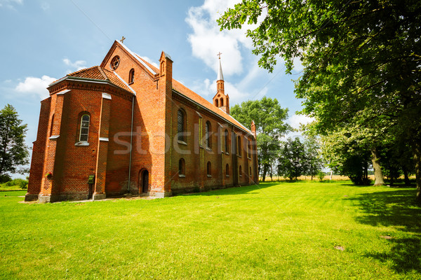 Pequeno gótico estilo igreja grama verde Lituânia Foto stock © Taigi