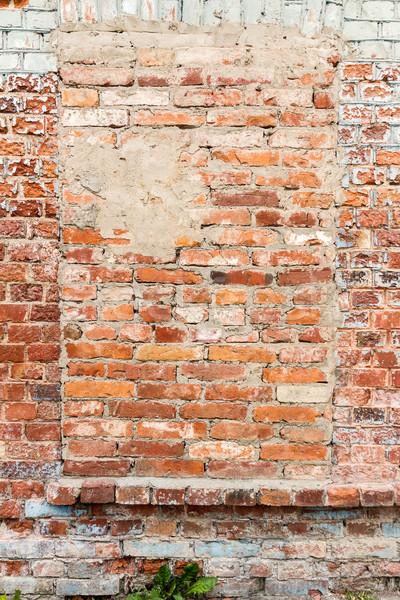 Edad pared hasta Windows rojo pared de ladrillo Foto stock © Taigi
