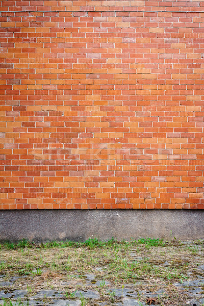 Kırmızı tuğla duvar noktalı yeşil ot çim Bina Stok fotoğraf © Taigi