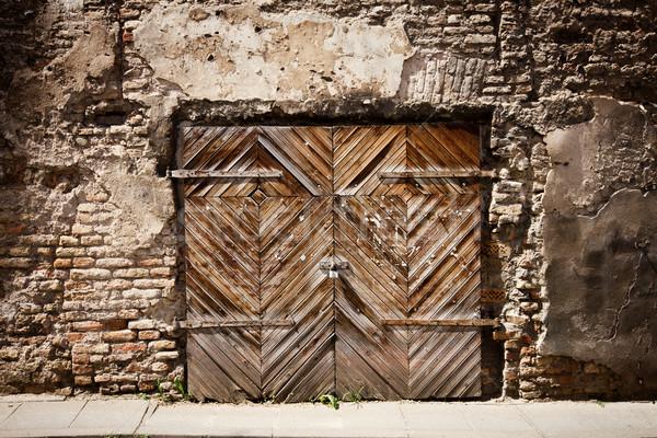 ストックフォト: 古い · 木製 · ゲート · ひびの入った · レンガの壁 · 家