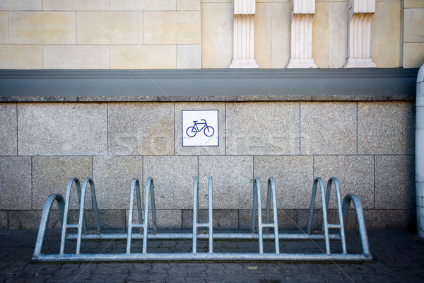 Vélo rack mur métal carrelage maison Photo stock © Taigi