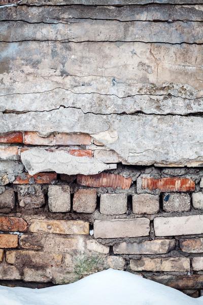 Pęknięty murem śniegu starych ściany cegieł Zdjęcia stock © Taigi