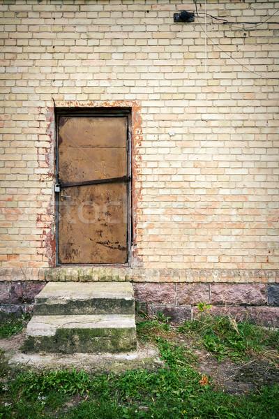 Porta amarelo parede velho ferro parede de tijolos Foto stock © Taigi