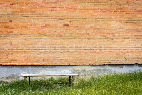Oude houten bank Rood muur groen gras Stockfoto © Taigi
