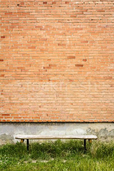 Alten Holz Bank rot Backsteinmauer grünen Gras Stock foto © Taigi