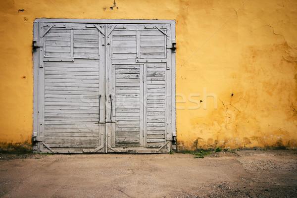 Oude houten poort Geel muur Stockfoto © Taigi