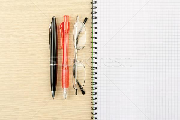 Foto stock: Dois · canetas · caderno · papel · madeira · caneta