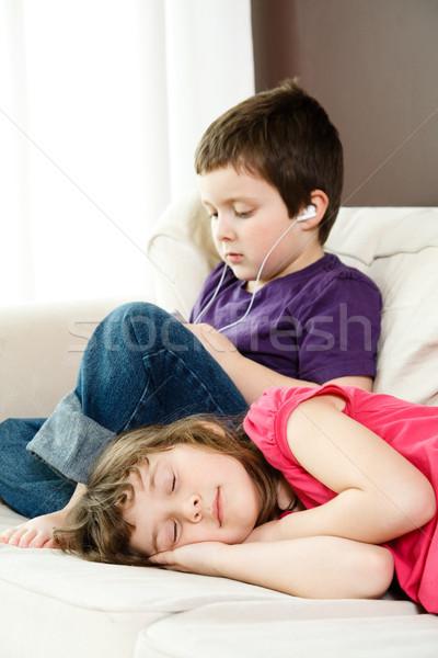 Menina irmão ouvir música Foto stock © Talanis