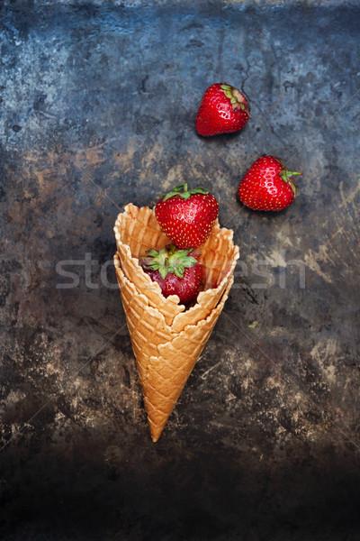 Fraîches juteuse fraises gaufre cône sombre Photo stock © TanaCh