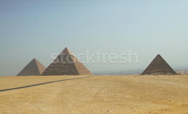 Piramisok Giza Egyiptom 2008 sivatag épületek Stock fotó © TanaCh