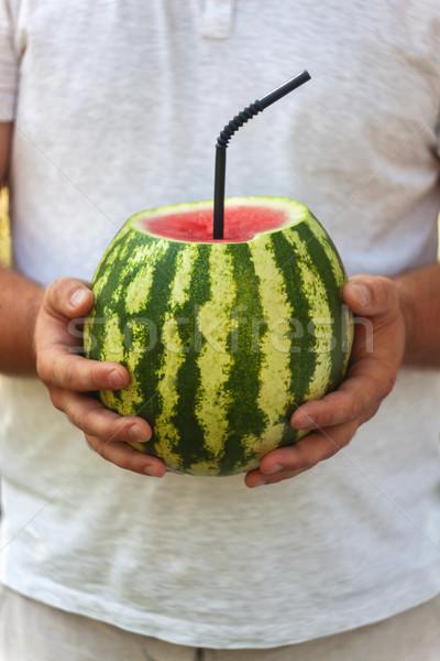 Junger Mann ganze Wassermelone Stroh trinken Cocktail Stock foto © TanaCh