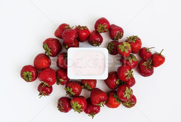 Recipiente iogurte fresco morangos branco Foto stock © TanaCh