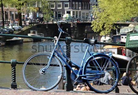 Amszterdam bicikli gyönyörű kilátás utca rózsaszín Stock fotó © tannjuska