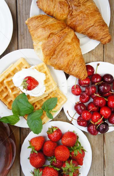 ízletes reggeli tea croissantok nápolyi gyümölcsök Stock fotó © tannjuska