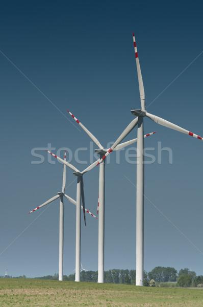 Foto d'archivio: Turbina · eolica · farm · rurale · terreno · blu · industriali