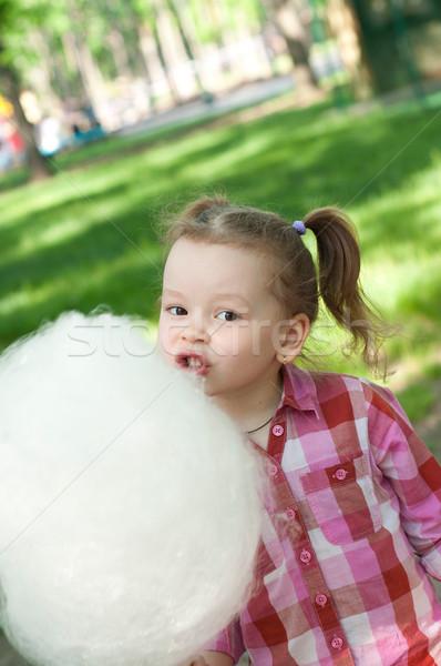 Meisje eten katoen snoep park glimlach Stockfoto © TarikVision