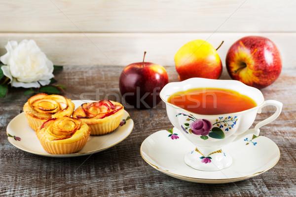 Beker thee appel steeg muffins Stockfoto © TasiPas