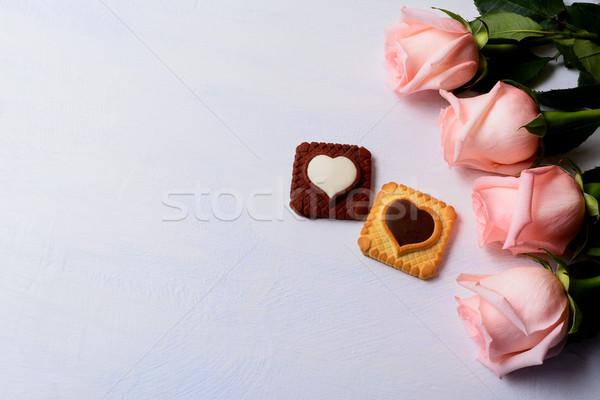 Dia dos namorados rosas baunilha chocolate bolinhos elegante Foto stock © TasiPas