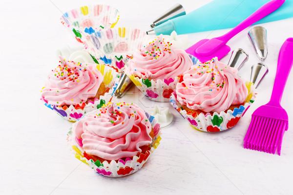 Różowy bita śmietana obracać wyroby cukiernicze strzykawki Zdjęcia stock © TasiPas