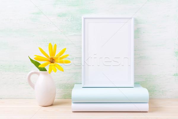 Branco quadro brilhante flores amarelas livros Foto stock © TasiPas