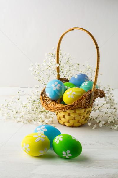 Luz azul amarelo verde ovos de páscoa cesta decorado Foto stock © TasiPas