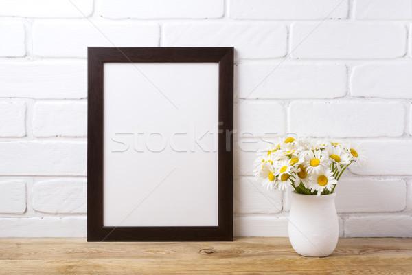 Noir brun cadre camomille bouquet Photo stock © TasiPas