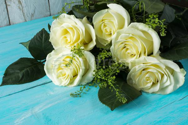 Fehér rózsák kék fából készült friss tavasz Stock fotó © TasiPas