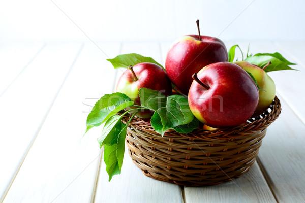 świeże czerwony jabłka wiklina koszyka dojrzały Zdjęcia stock © TasiPas