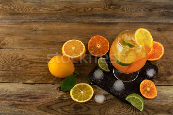 Gelado fruta tropical coquetel mesa de madeira topo ver Foto stock © TasiPas