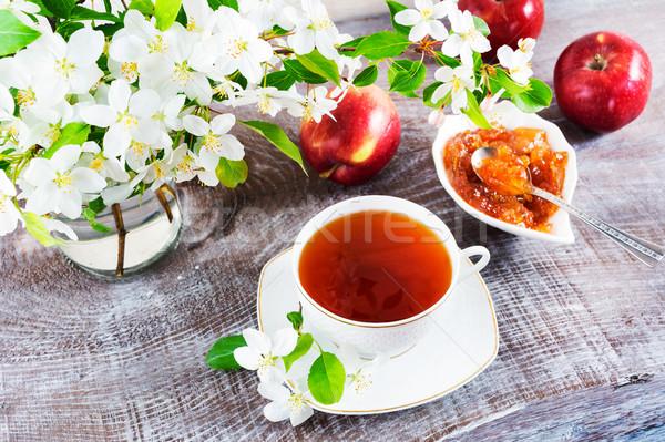 Copo chá mesa de madeira maçã congestionamento tempo Foto stock © TasiPas