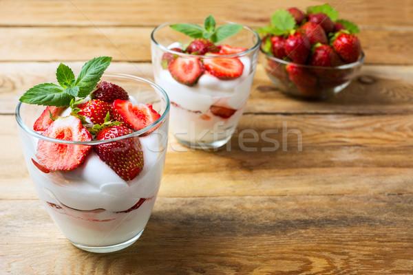 Aardbei zomer dessert slagroom room Stockfoto © TasiPas
