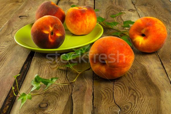 Pêssegos mesa de madeira fruto foco madeira folha Foto stock © TasiPas