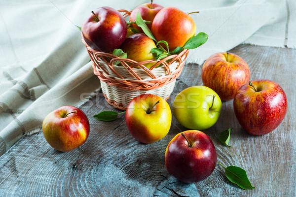 Rijp appels mand houten tafel vers vruchten Stockfoto © TasiPas