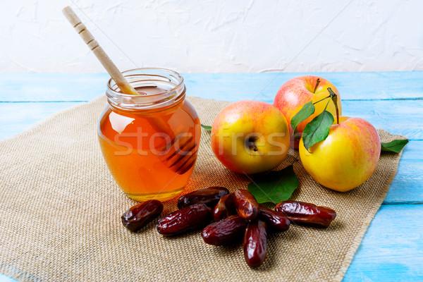 Miel jar dates pommes toile de jute serviette Photo stock © TasiPas