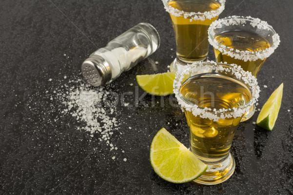 Ouro tequila cal sal preto tiro Foto stock © TasiPas