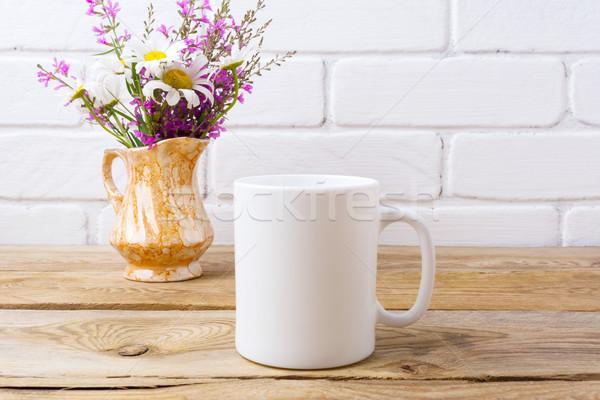 Blanco taza de café manzanilla púrpura flores Foto stock © TasiPas