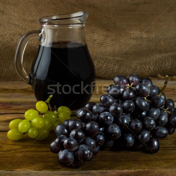 Köteg szőlő bor kancsó sötét fából készült Stock fotó © TasiPas