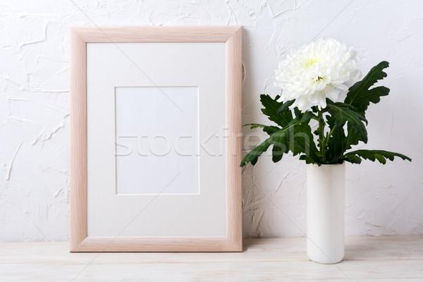 Marco de madera blanco crisantemo jarrón vacío Foto stock © TasiPas